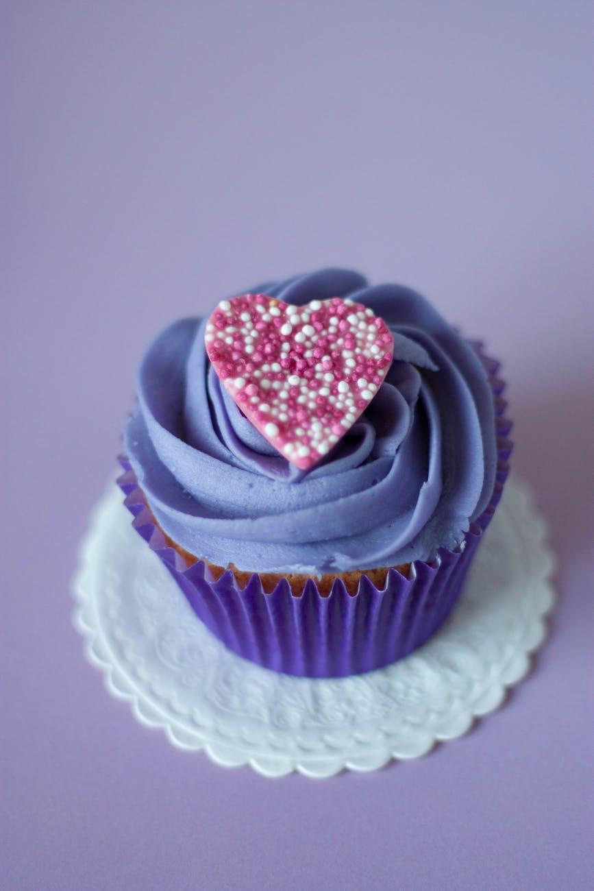 Cupcake mauve avec un coeur rose