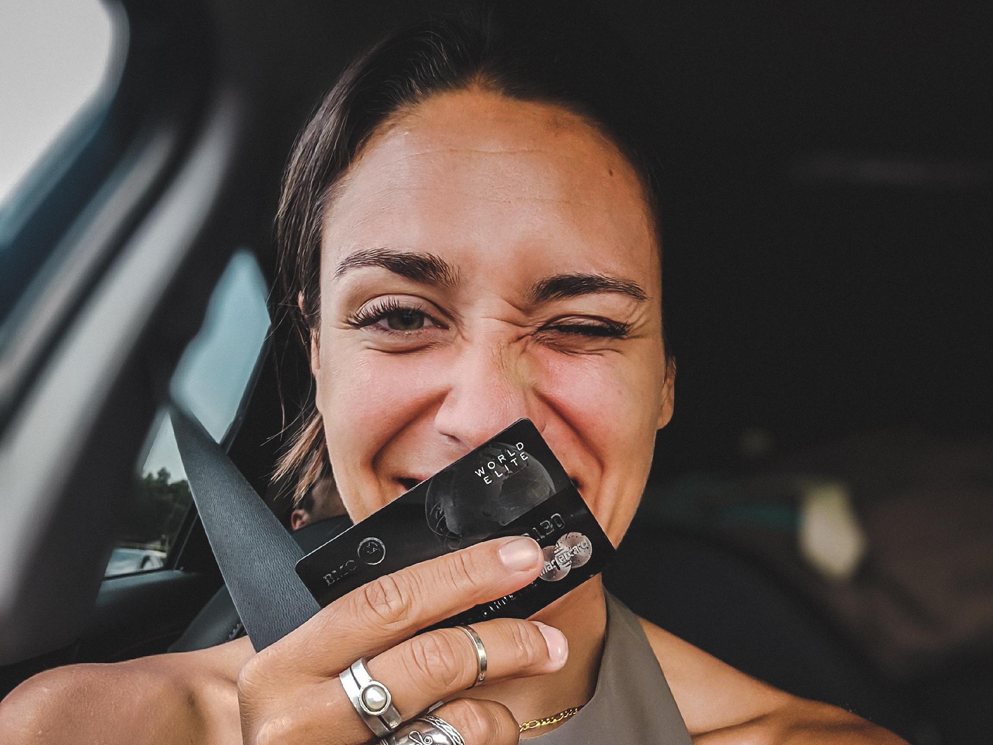 Camille Dg Mastercard World Elite carte de crédit selfie