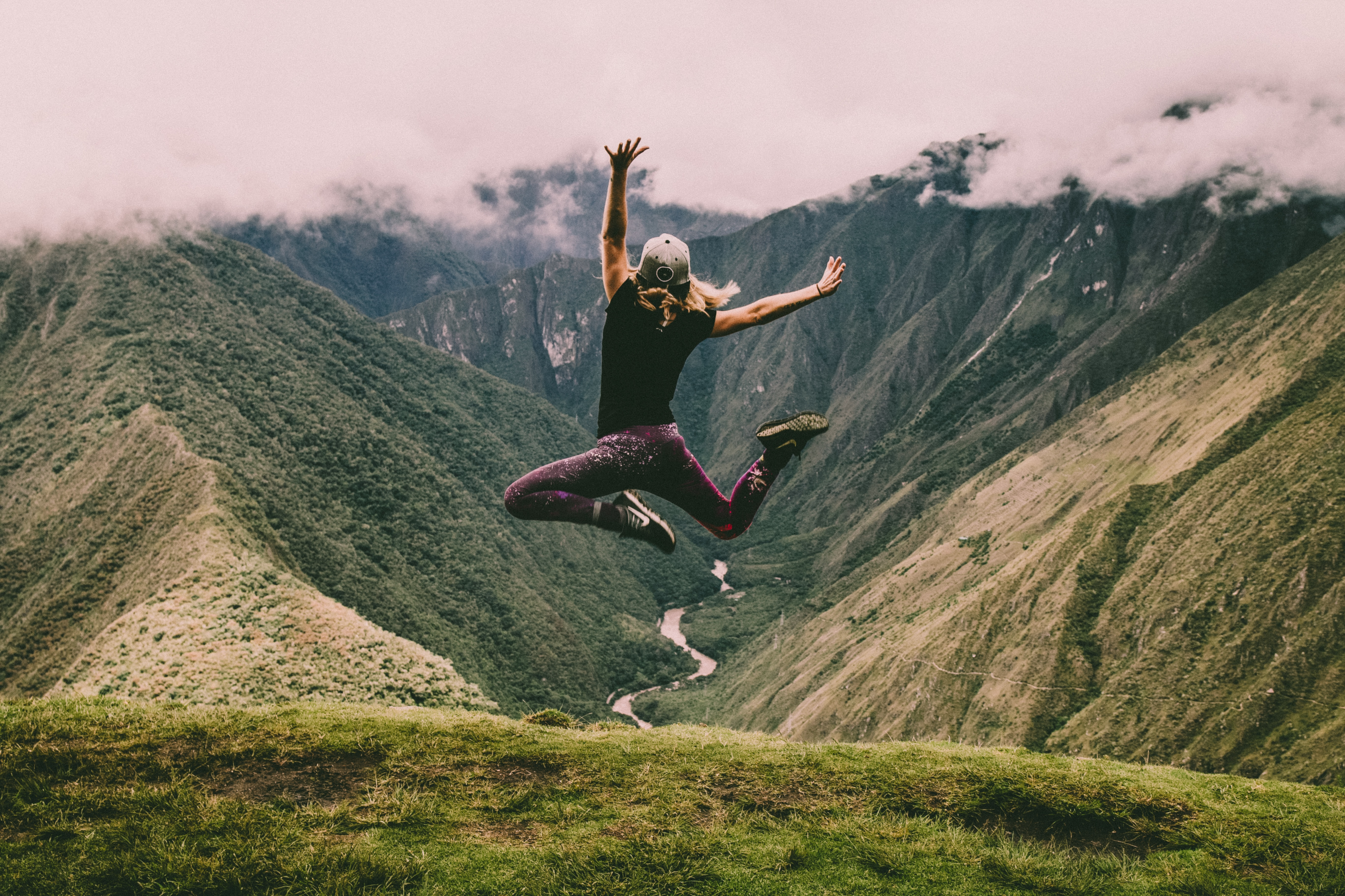 randonnée sommet haut de la montagne femme saute fin