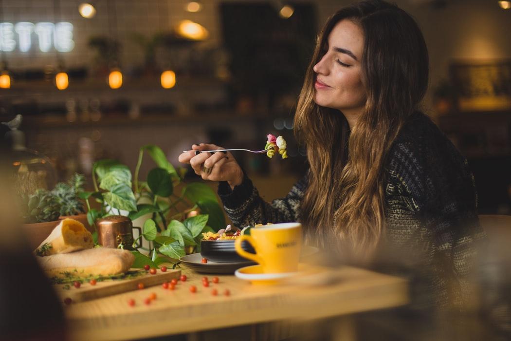 femme qui mange au restaurent