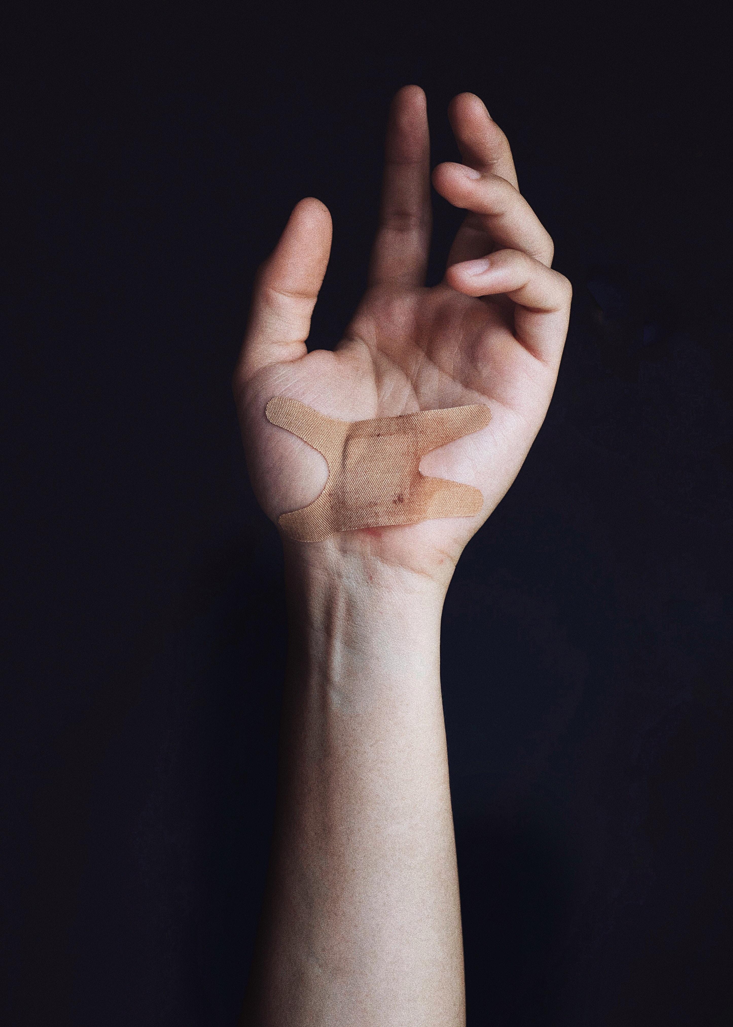main bandage blessé