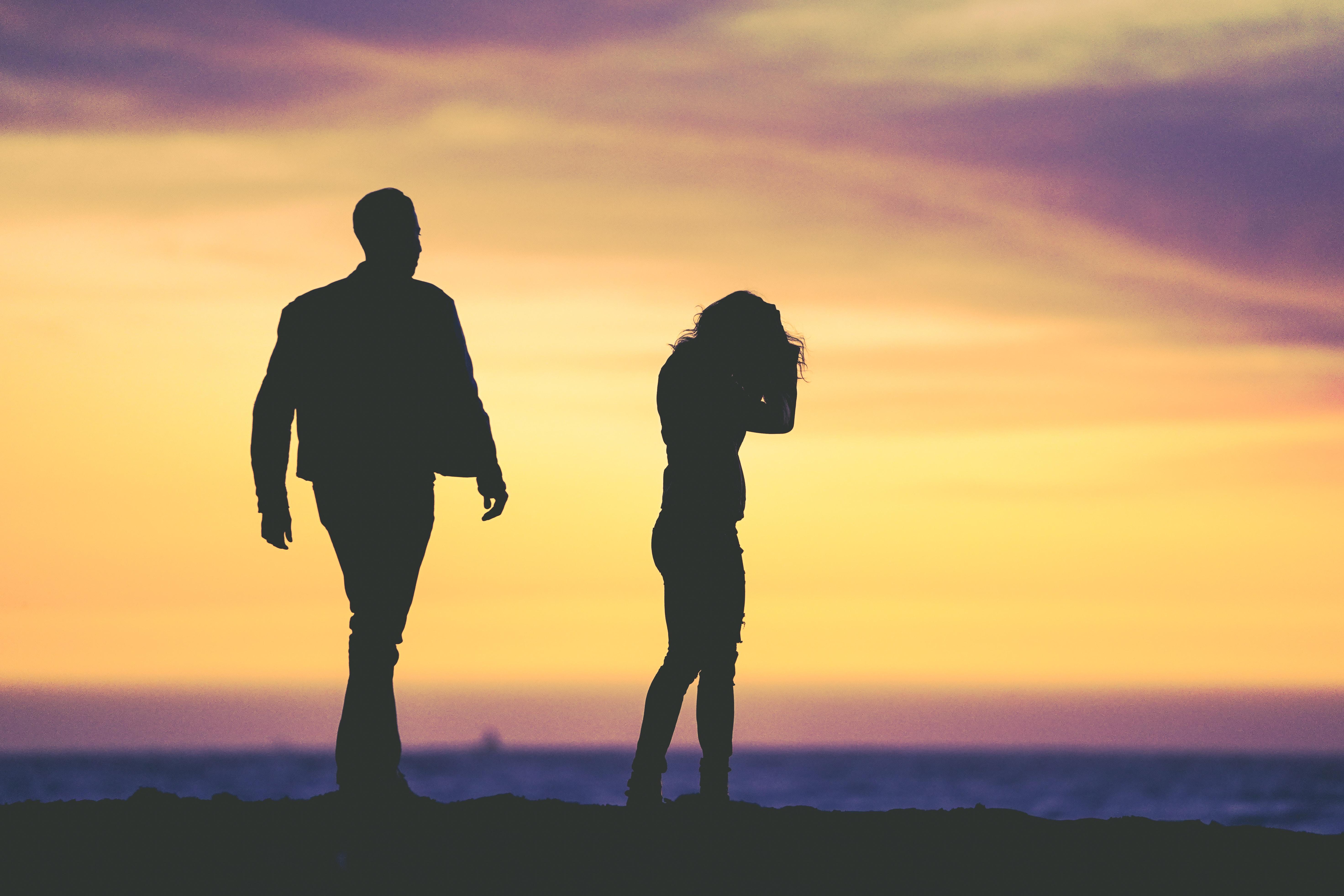 homme femme ombres coucher de soleil