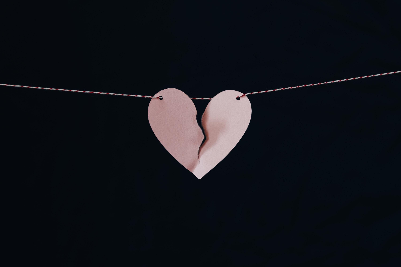 coeur brisé rose corde à linge fond noir
