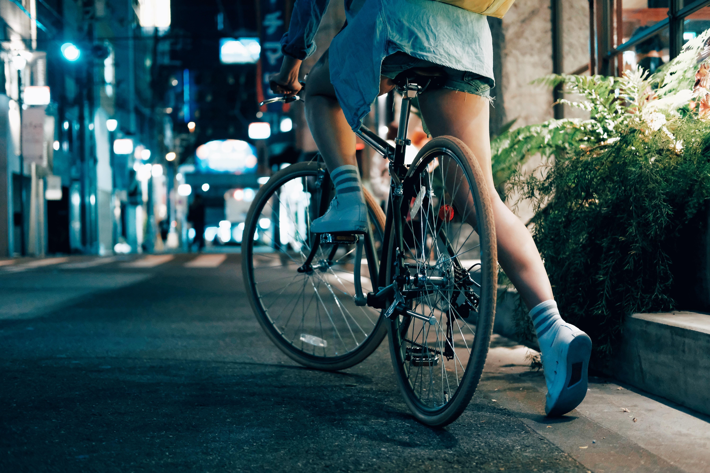 femme à vélo ville