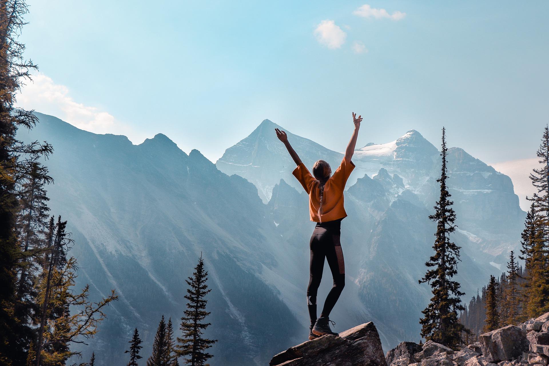 montagnes randonnées arbres fille bras en l'air