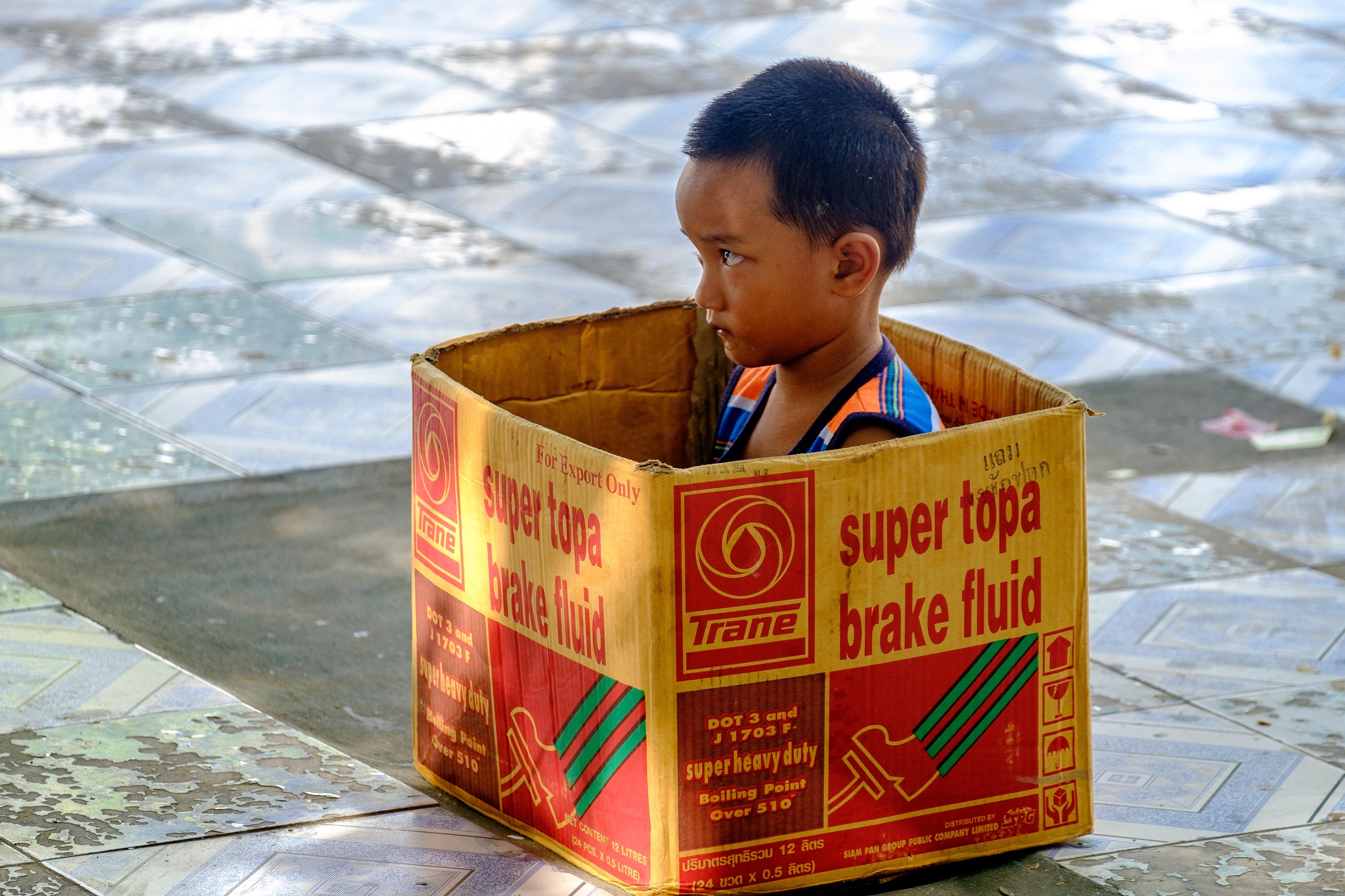 petit enfant boite de carton