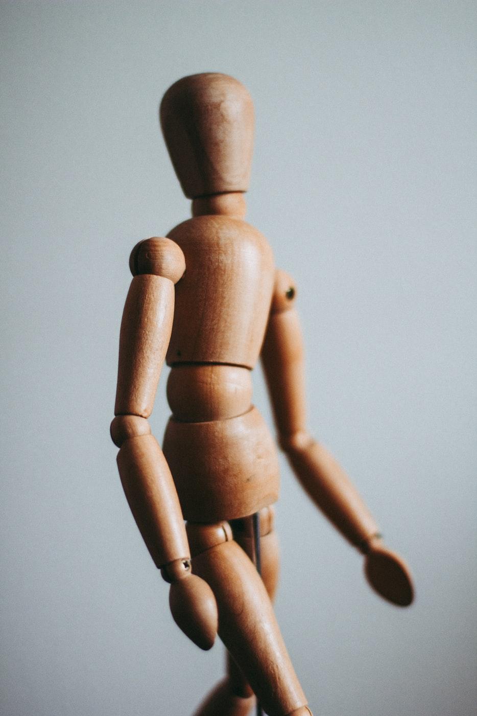 squelette bois corps en mouvement