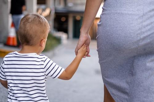 mère fils tenir la main