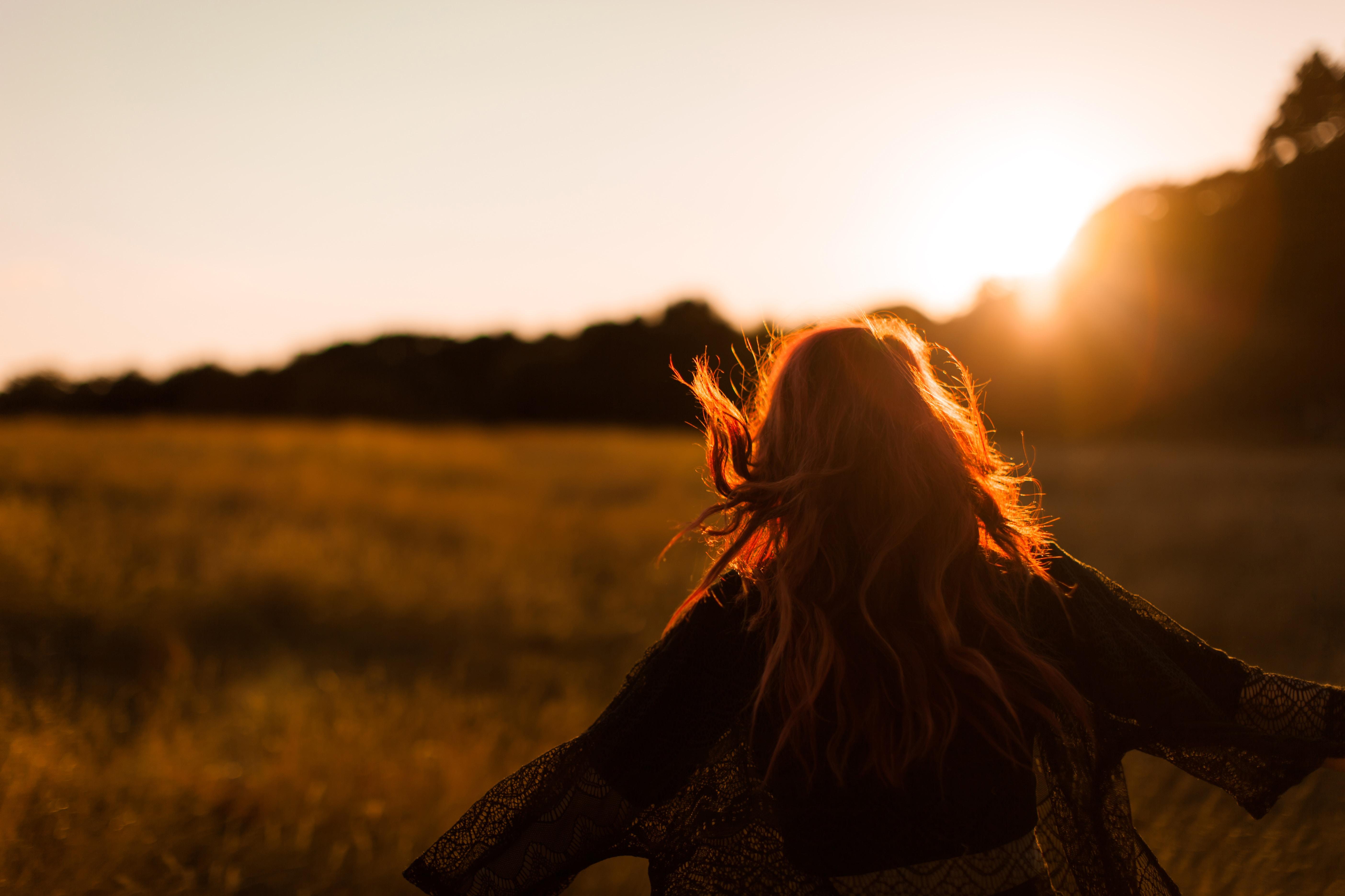 champs coucher de soleil fille qui court