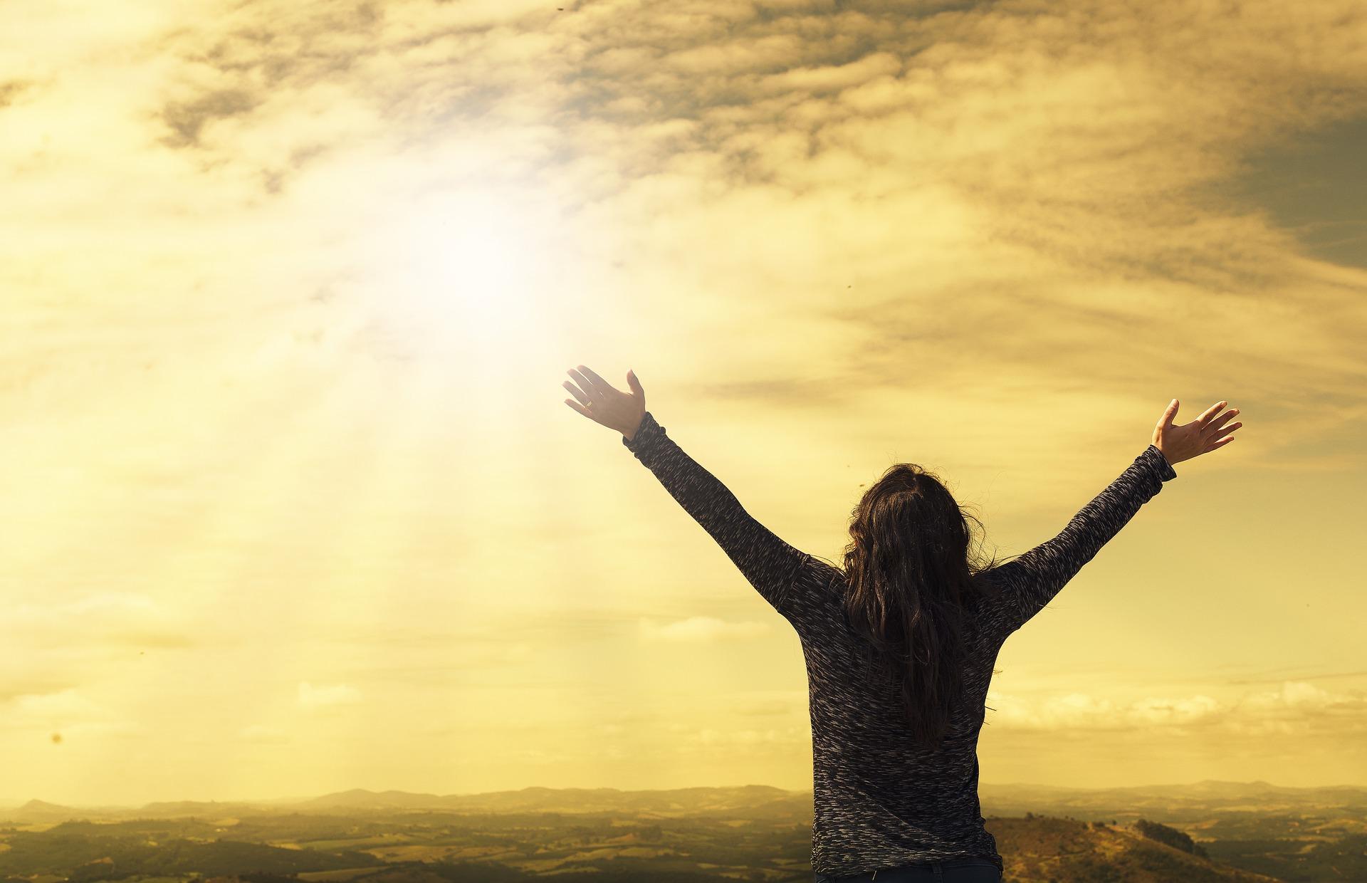 bonheur soleil femme bras ouverts