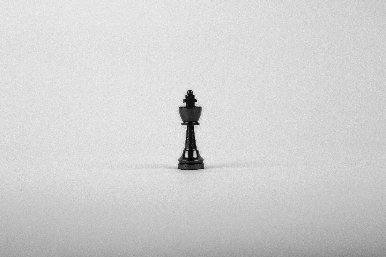 pièce d'échec noire la reine seule fond blanc