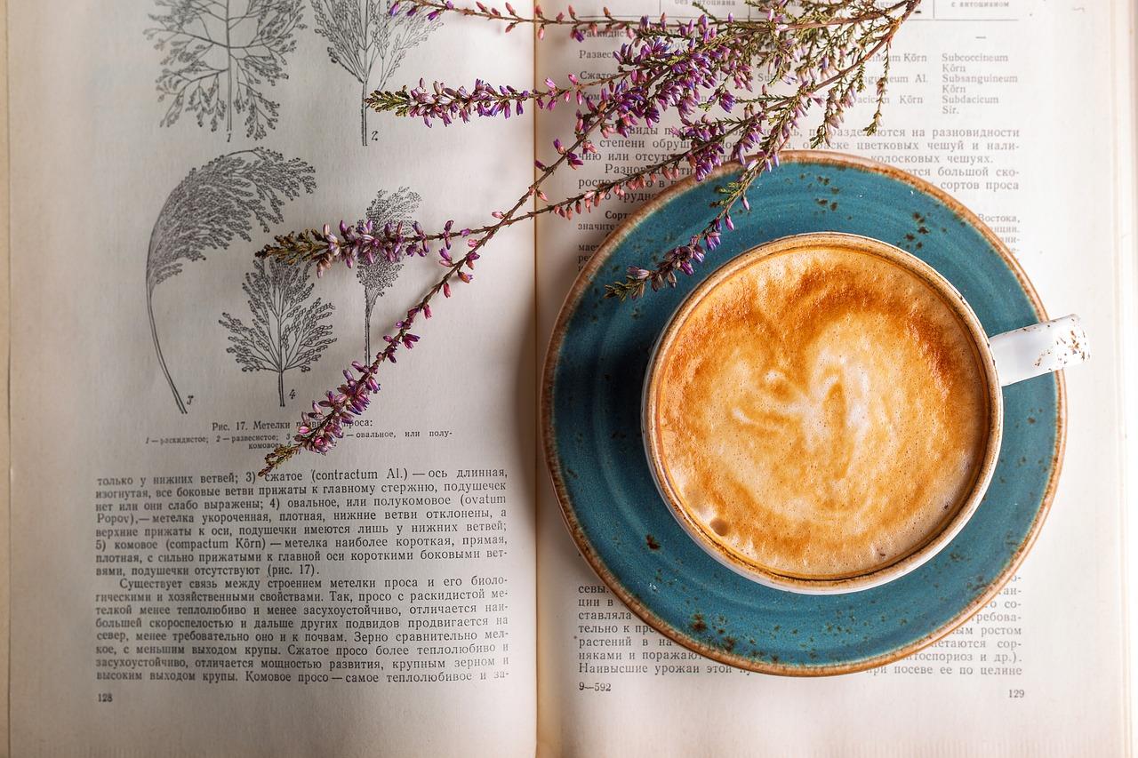 un bon café, de la lavande et un bon livre