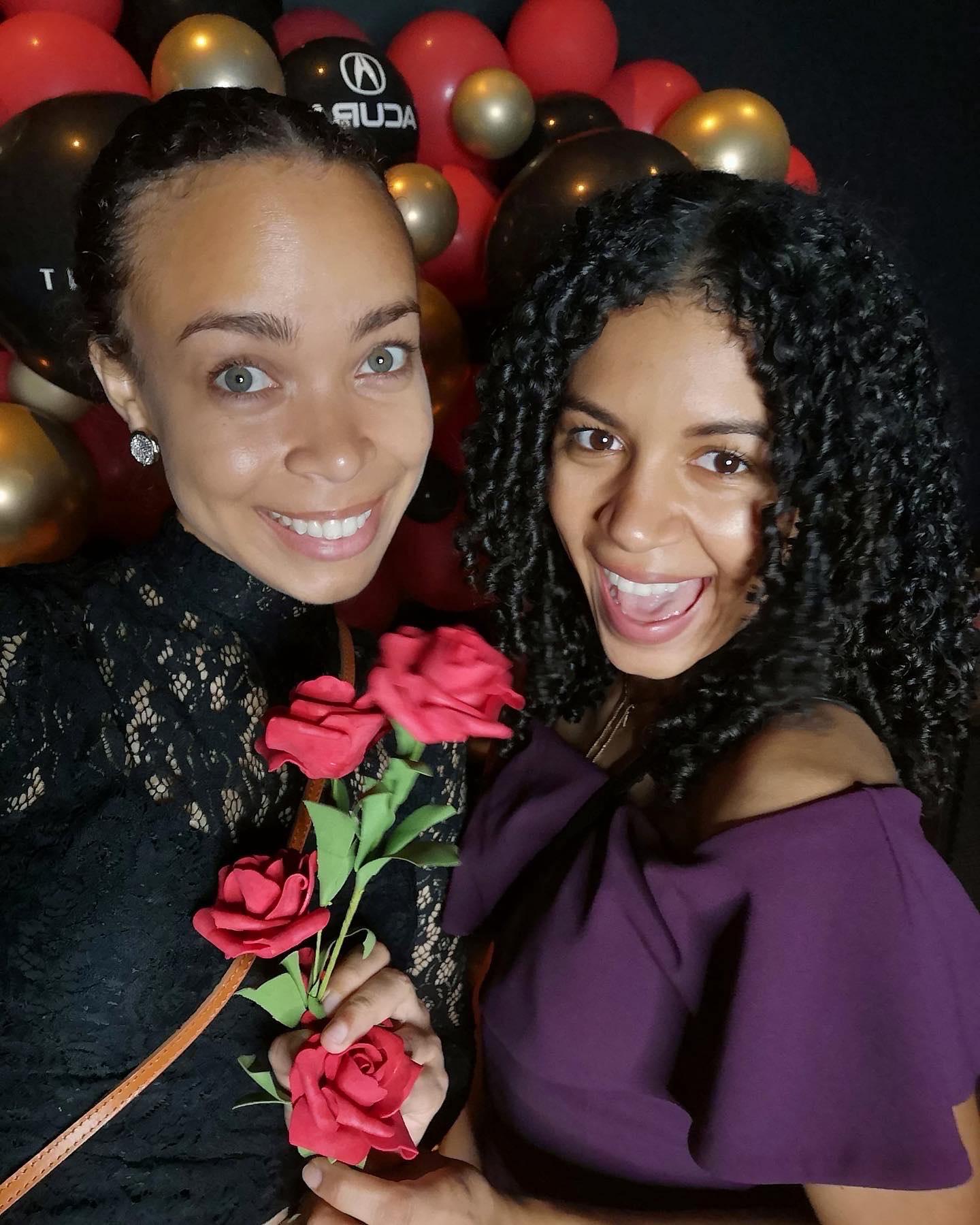 deux amies contentes avec des roses