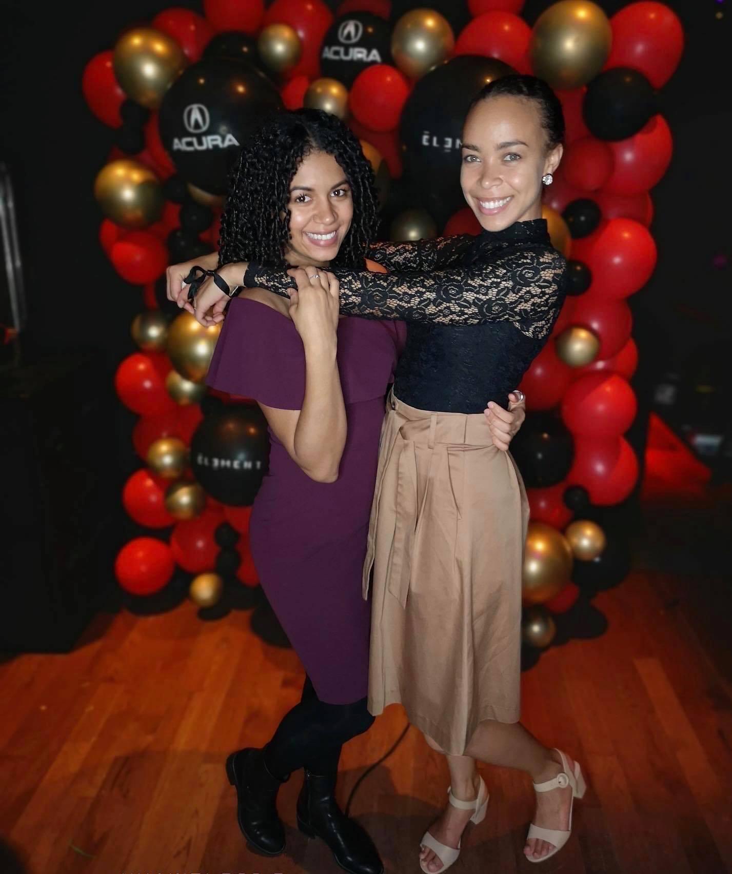 deux filles qui s'amusent durant une soirée gala
