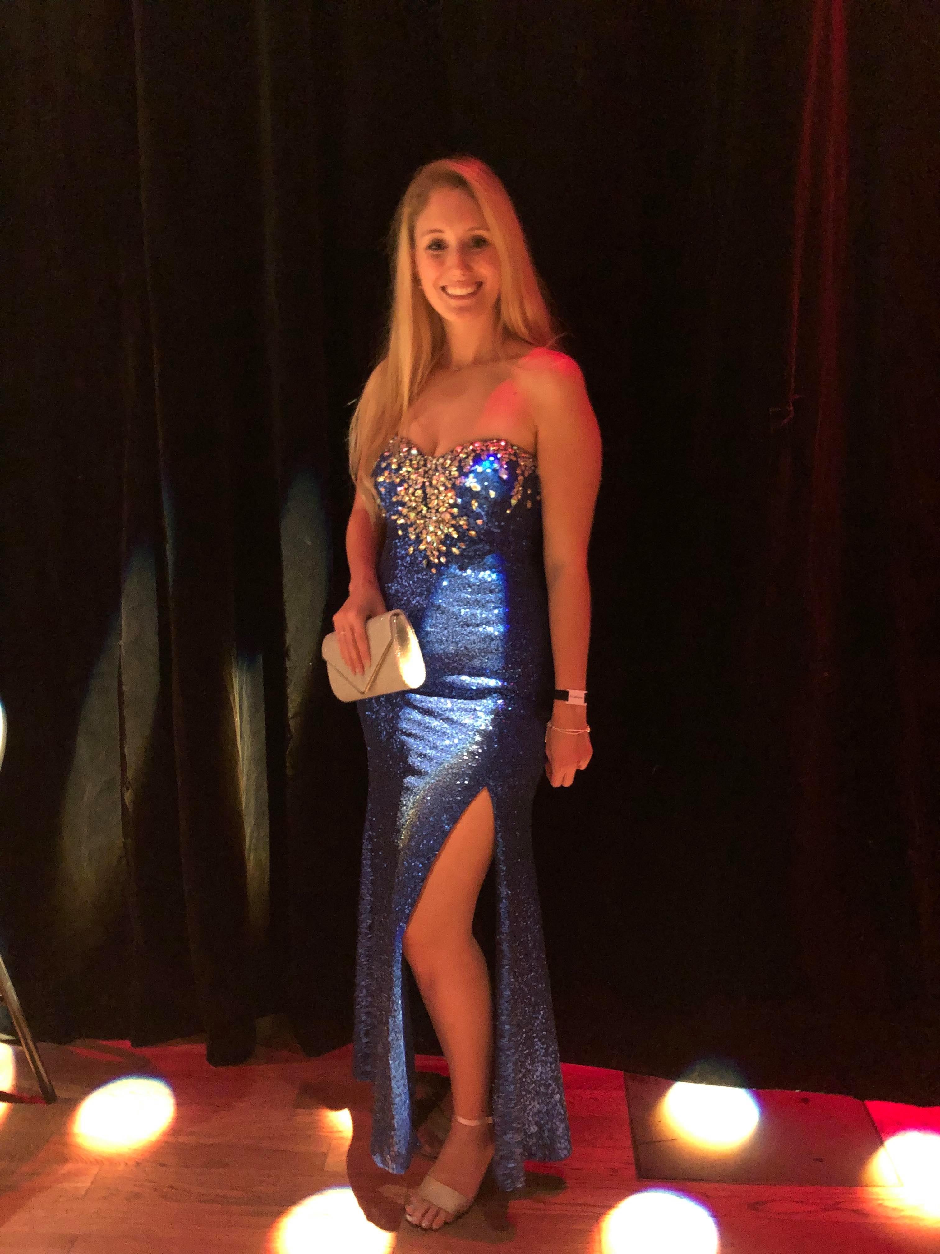 une jeune avec une magnifique robe bleu de bal