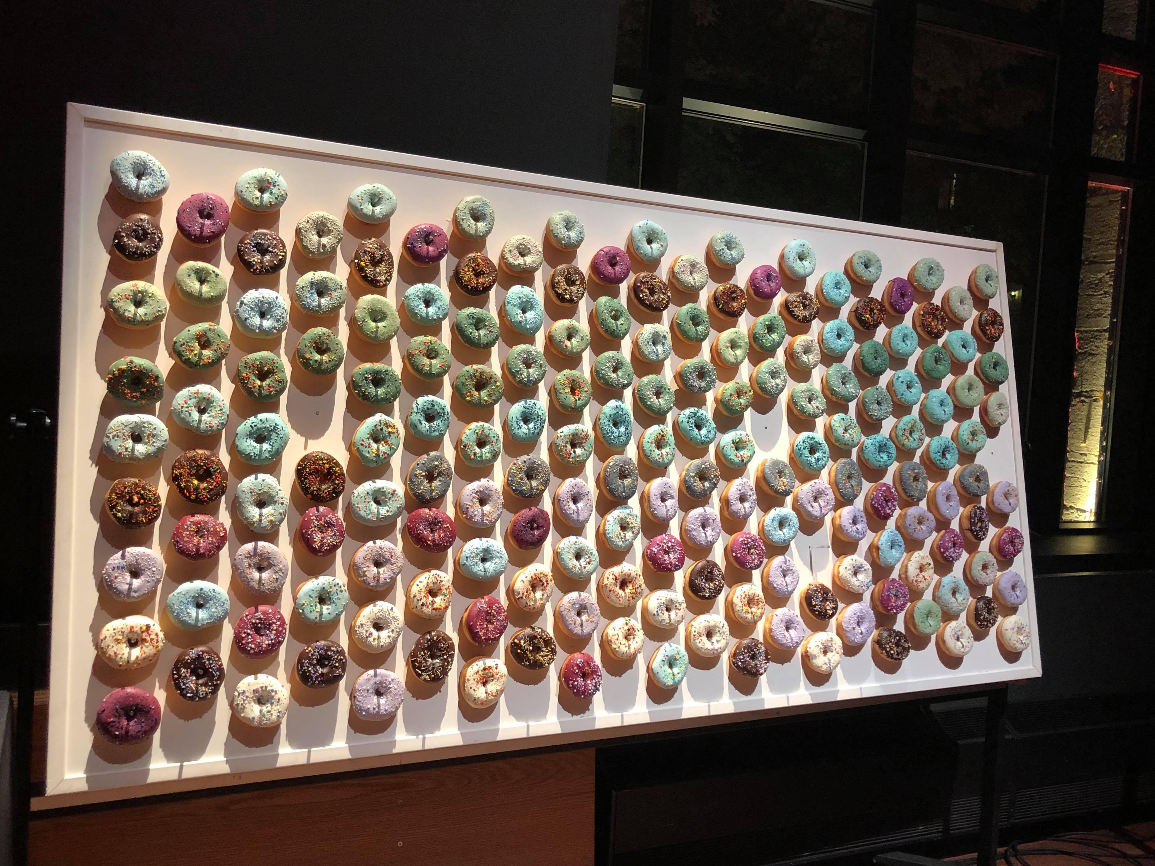 des beignes accrochés au mur