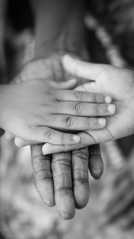 mains trois générations merci