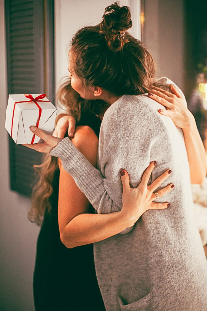 femmes câlin merci cadeau