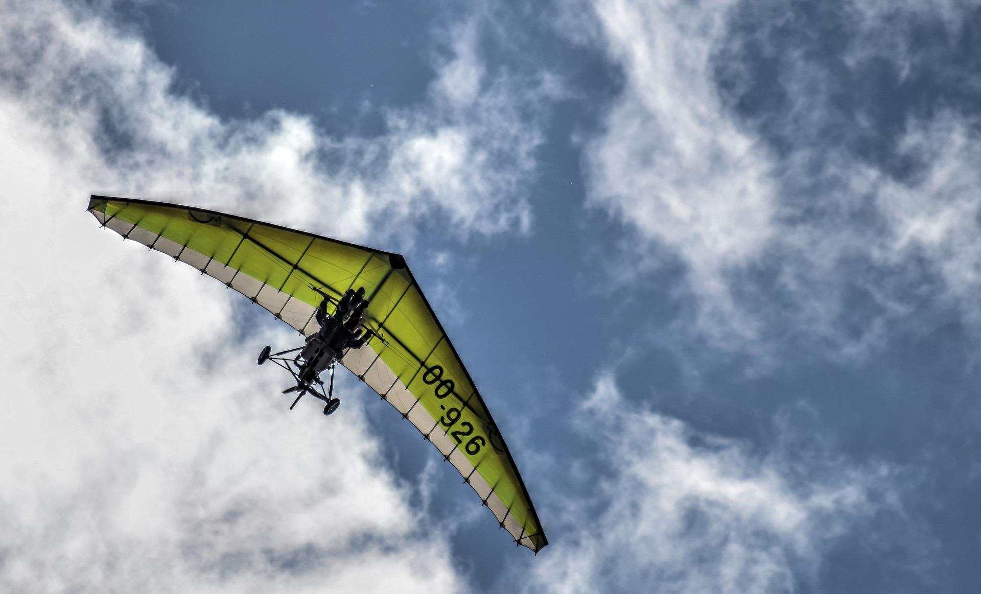 avion nuages deltaplane