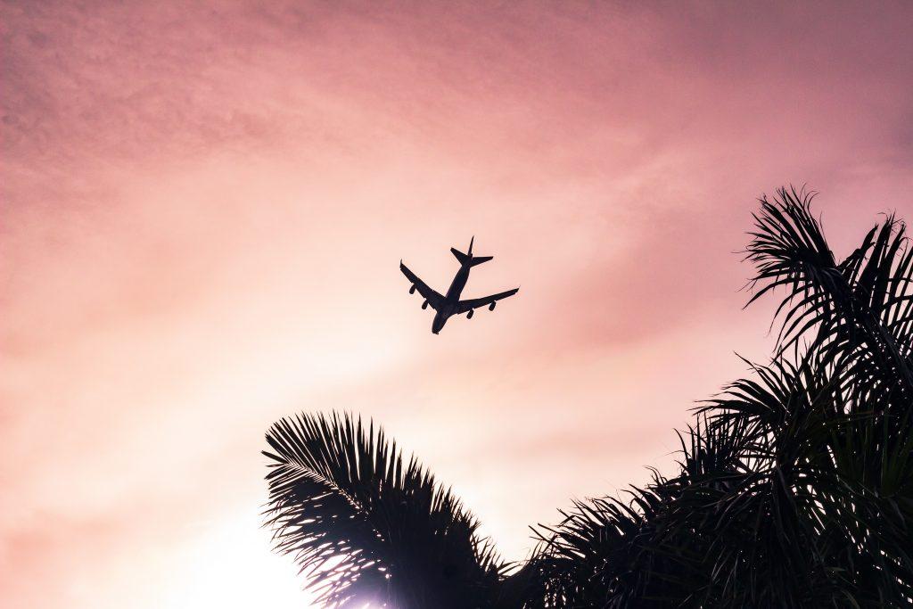 avion ciel rose couché de soleil