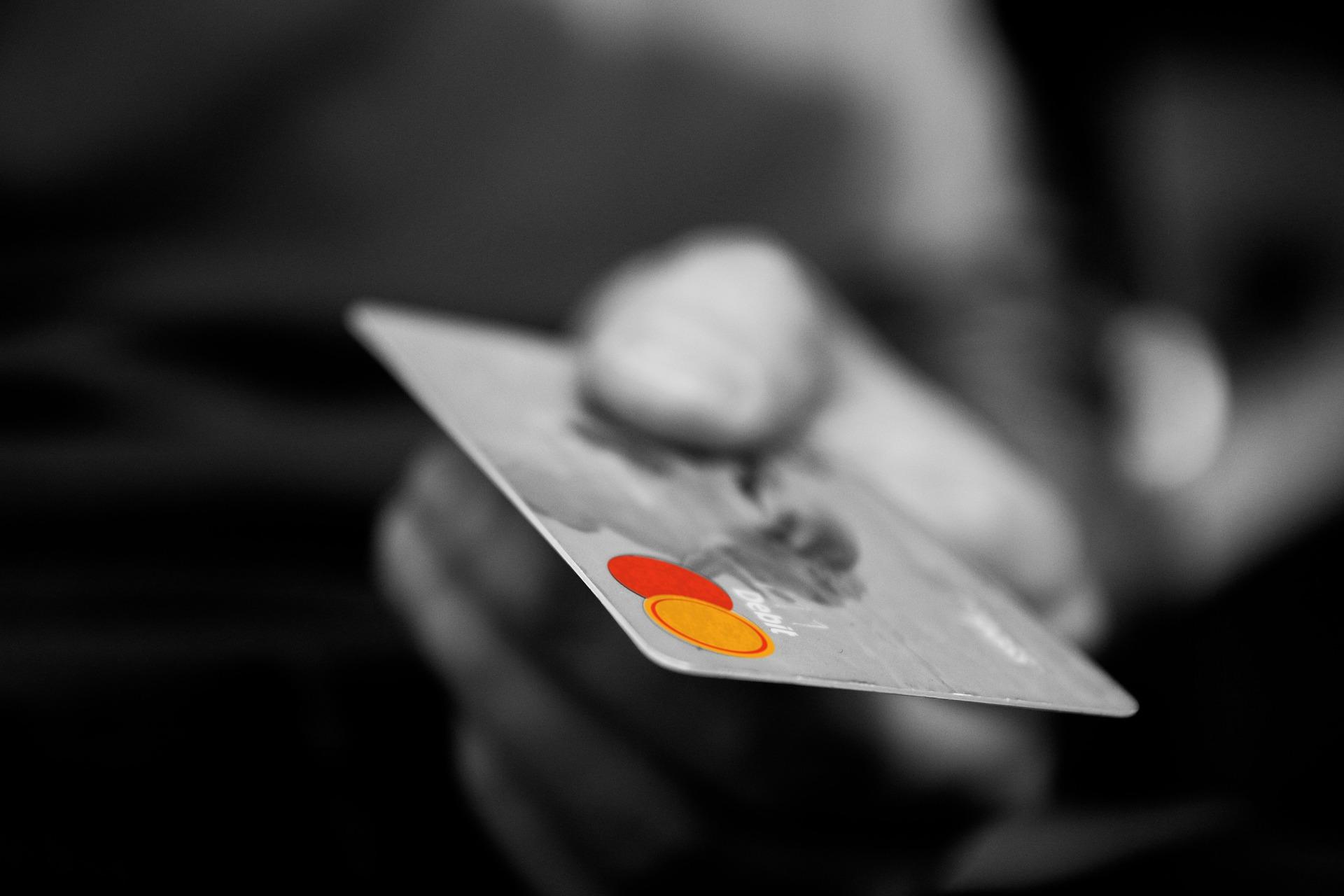 Un monsieur qui tient une carte de crédit