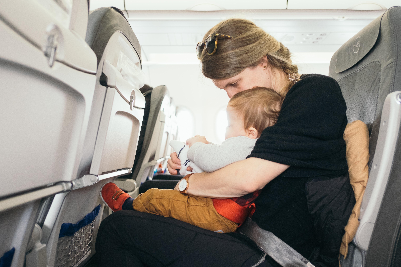 bébé avion voyage maman