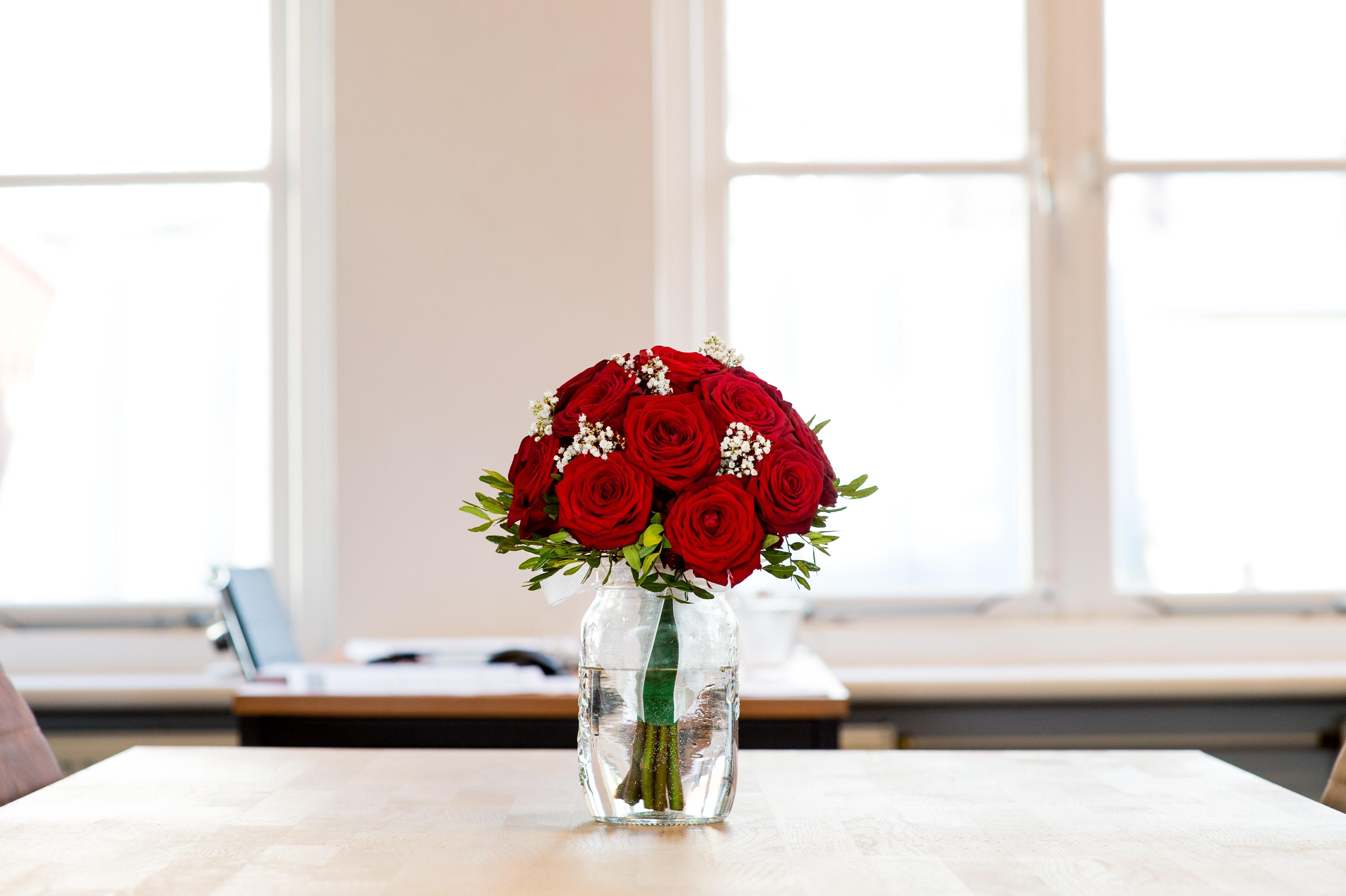 bouquet de roses table vide date