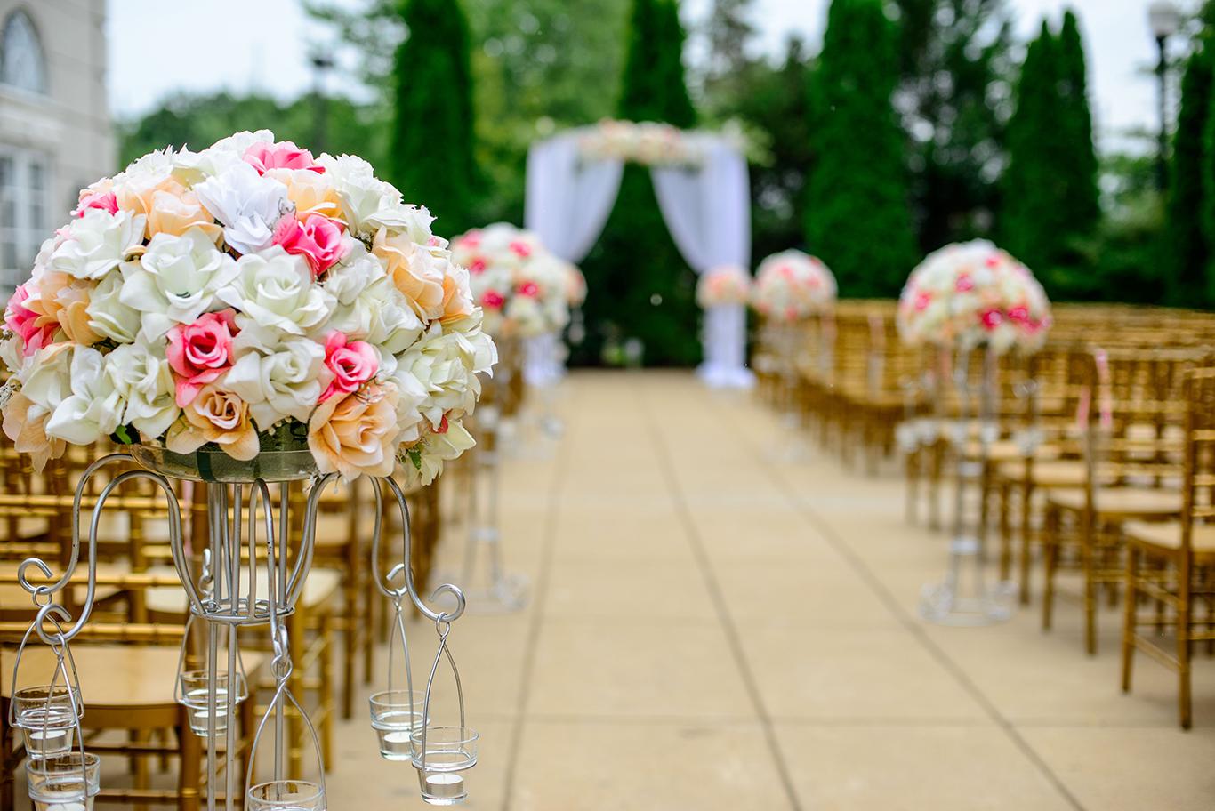 mariage allée fleurs arche