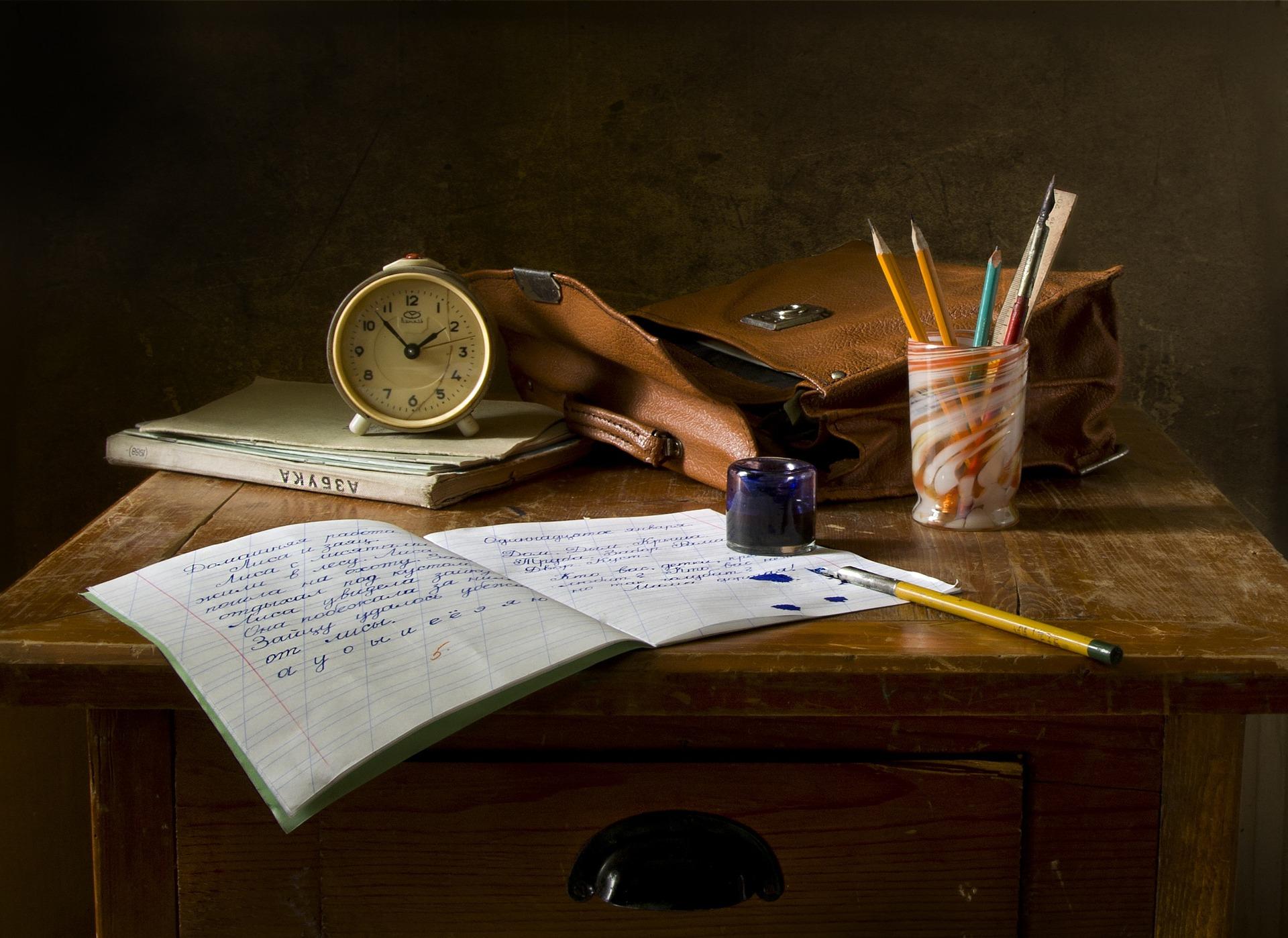 une table d'un étudiant avec un cahier et des stylos