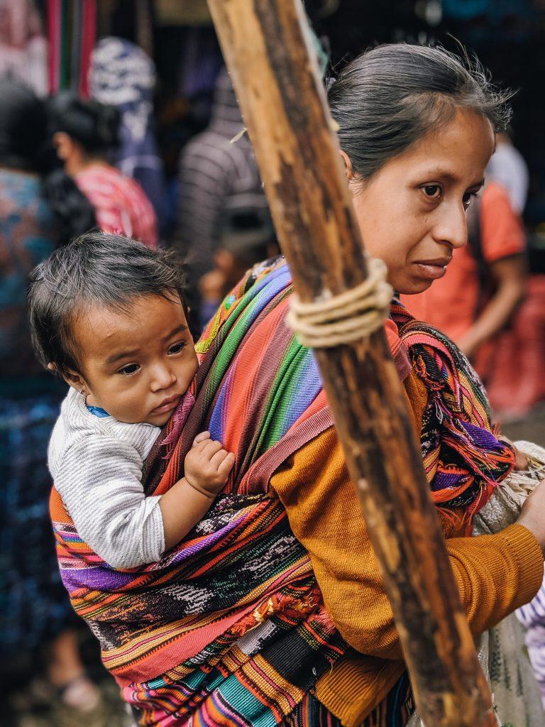 camille dg voyage guatemala chichicastenango marché femme enfant