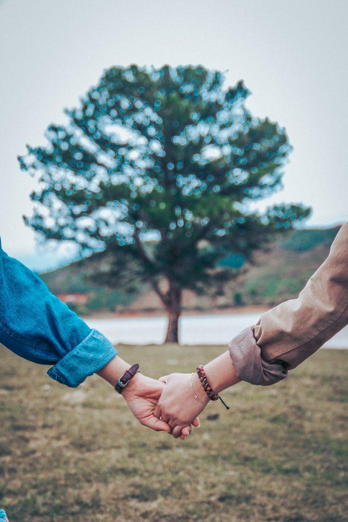 amis tenir la main
