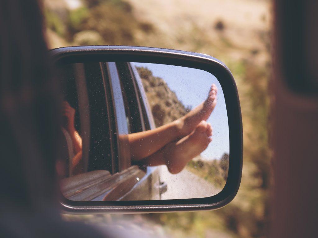roadtrip pieds voiture miroir liberté