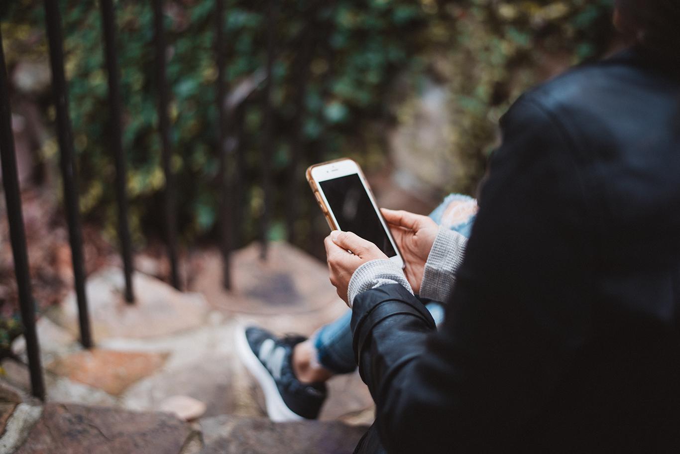 téléphone femme assise cellulaire