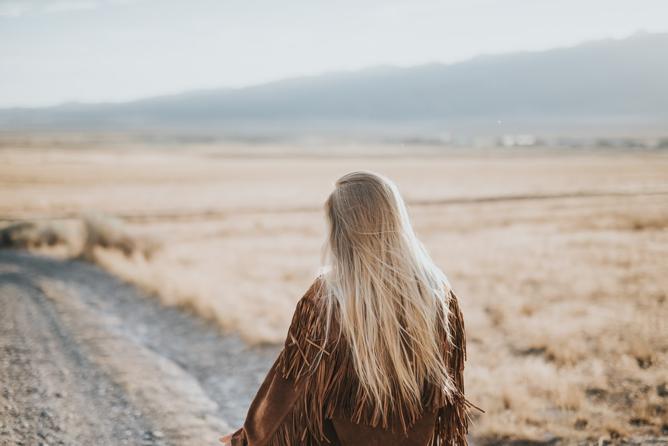 jeune femme de dos désert