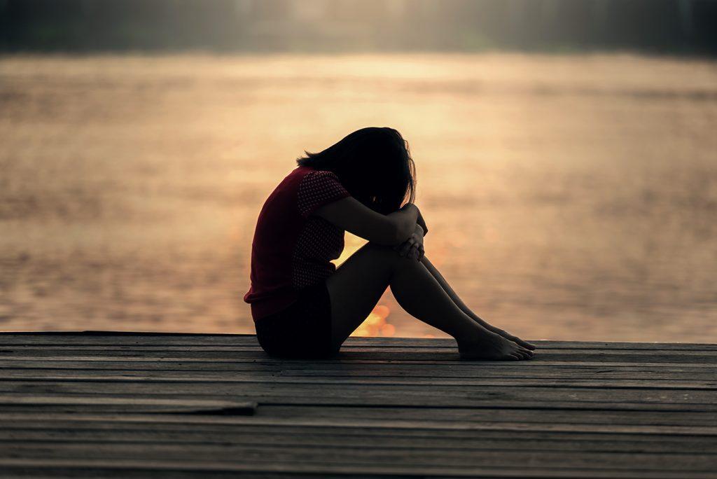 femme triste coucher de soleil