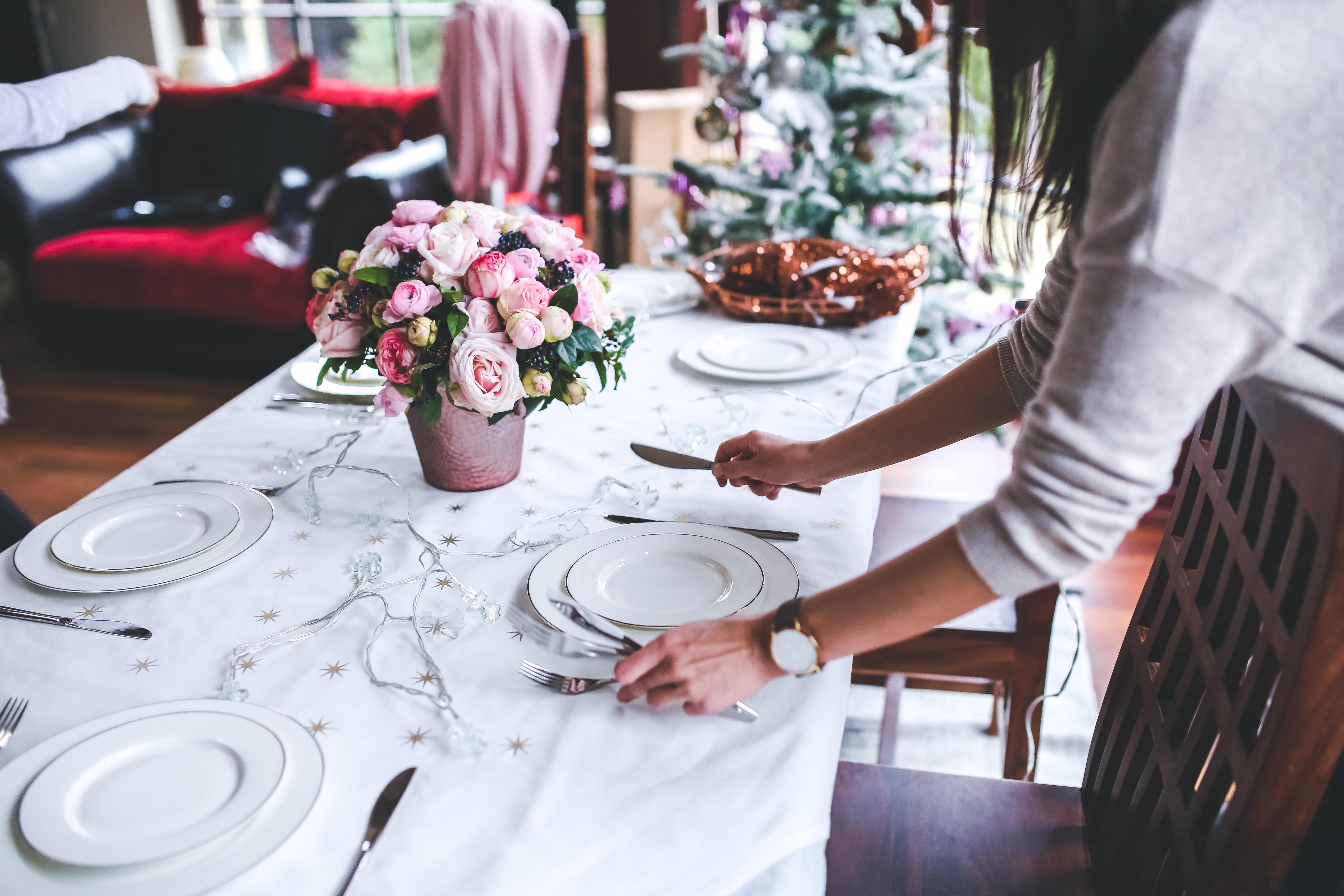 table des fêtes recevoir femme qui préparetable des fêtes recevoir femme qui prépare