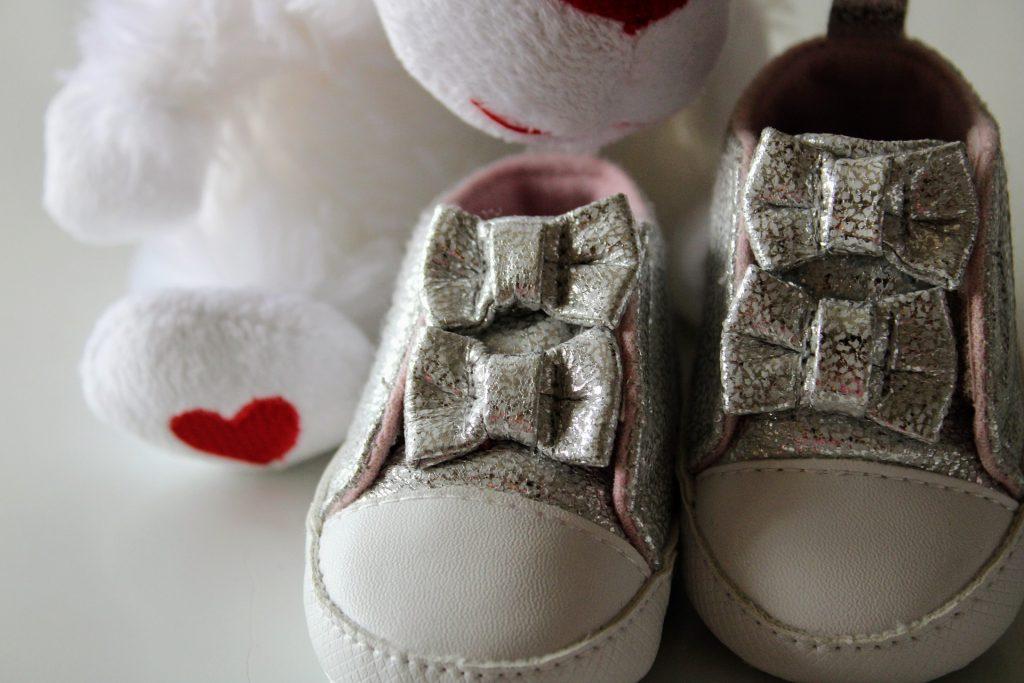 bébé souliers coeur