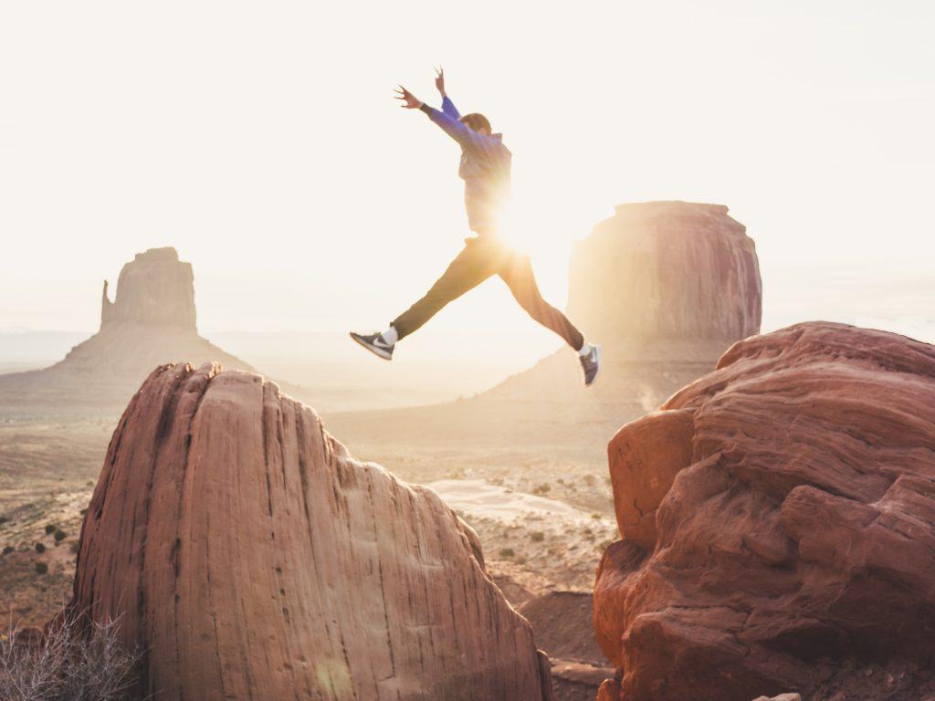 homme qui saute rocher aventure