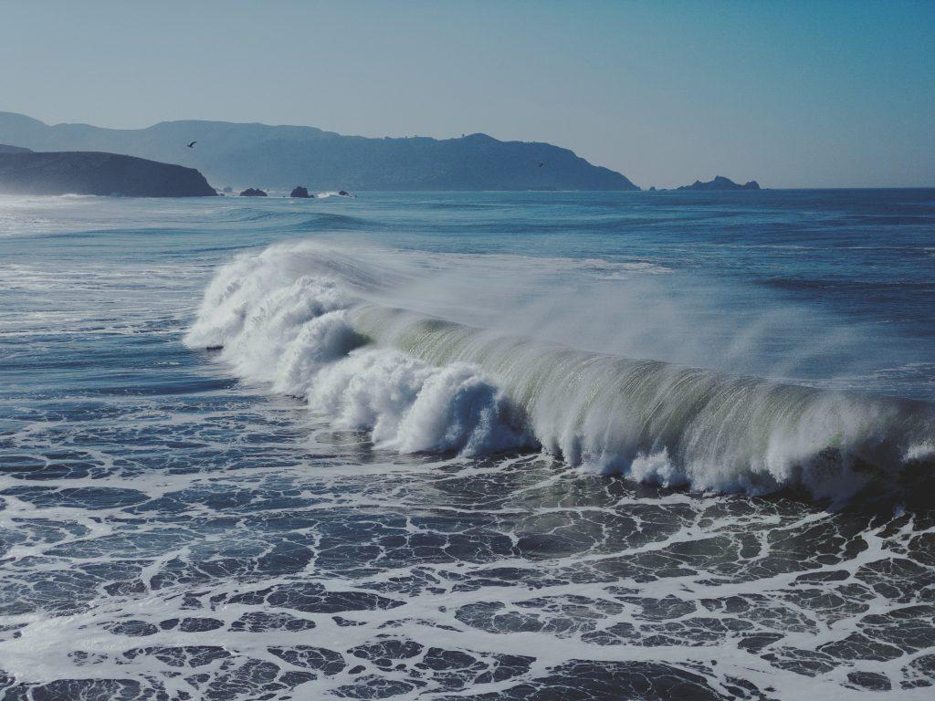 grande vague dans l'océan