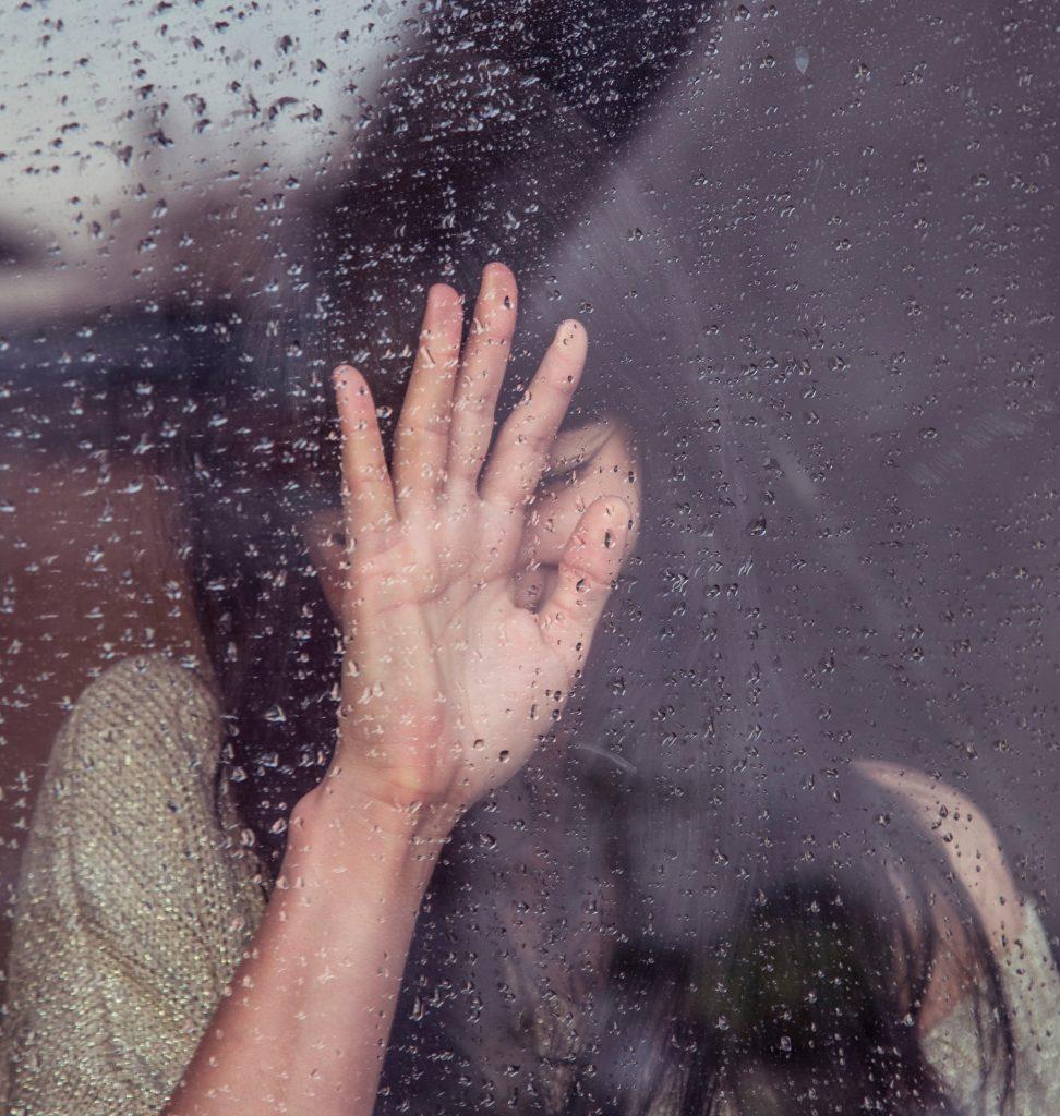 femme triste pluie veuve