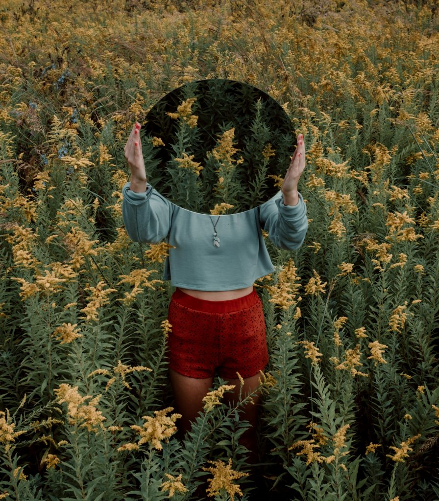 miroir champ fleurs femme
