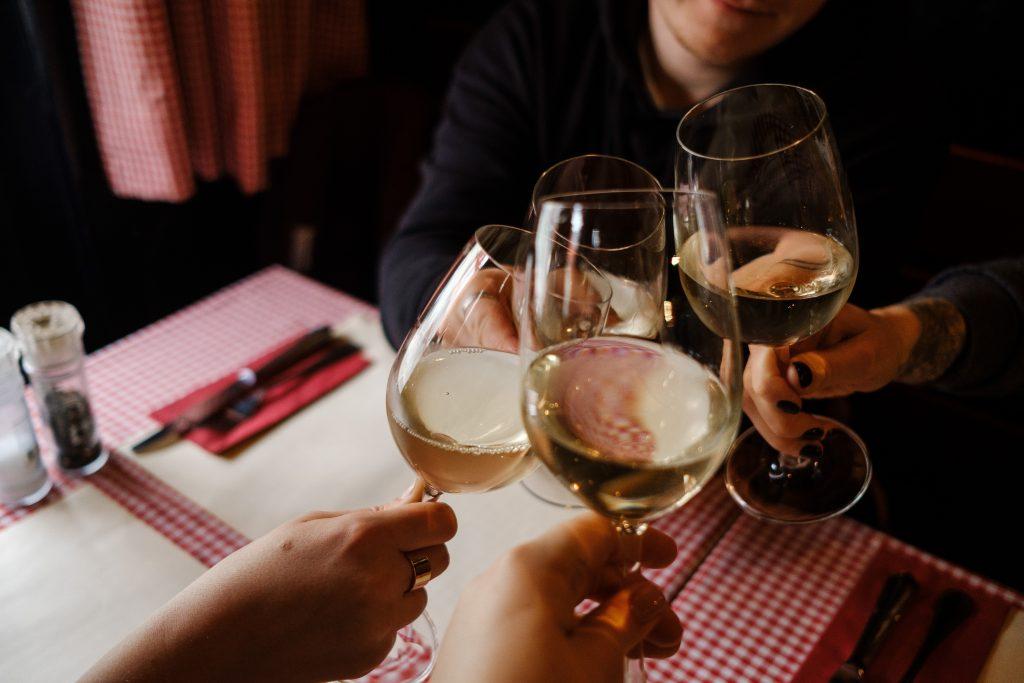 amis verres de vin blanc souper 5à7