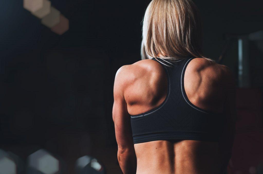 femme dos musclé gym
