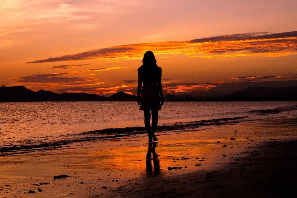 soleil coucher femme plage