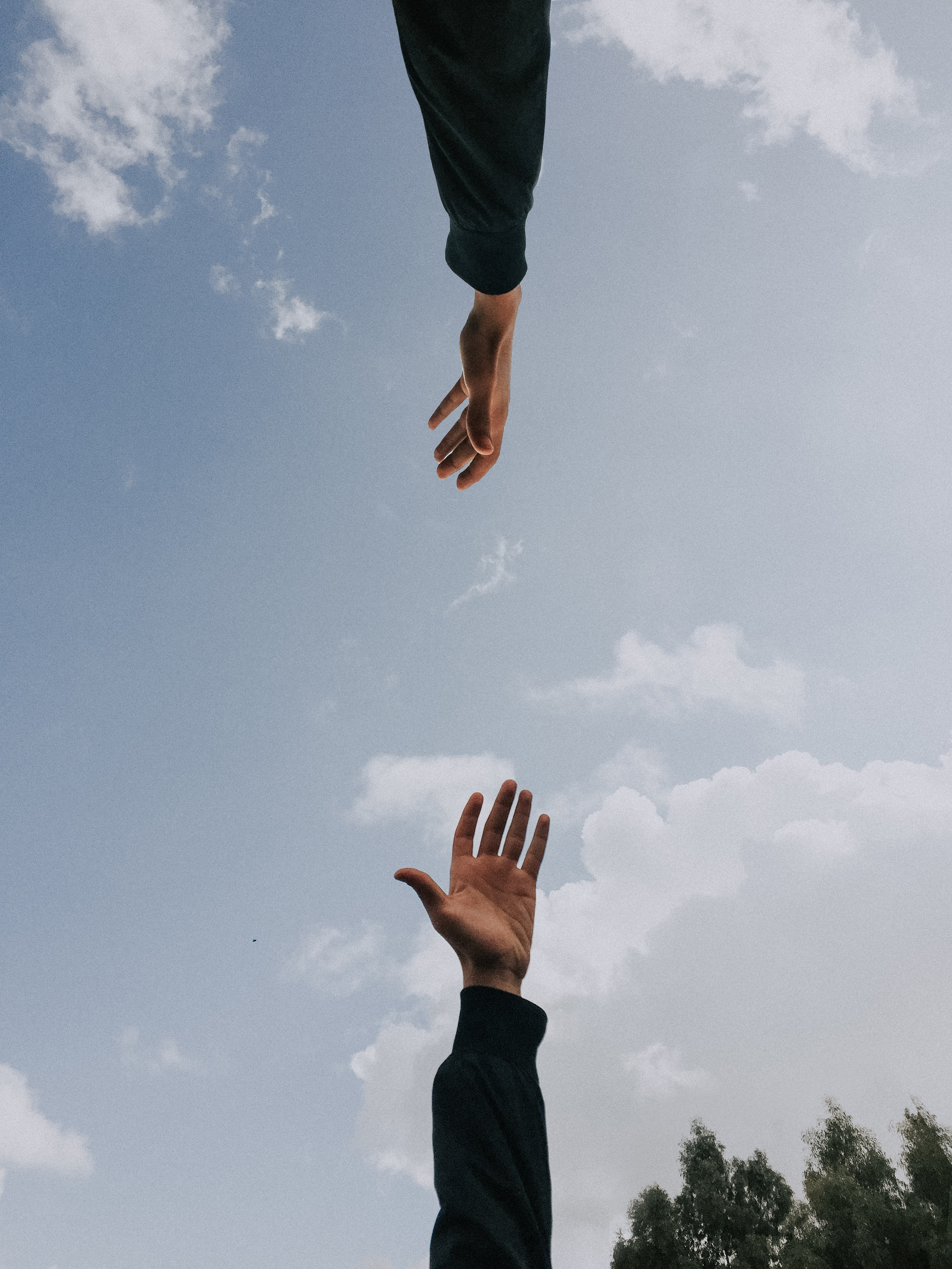 mains qui rejoignent dans le ciel