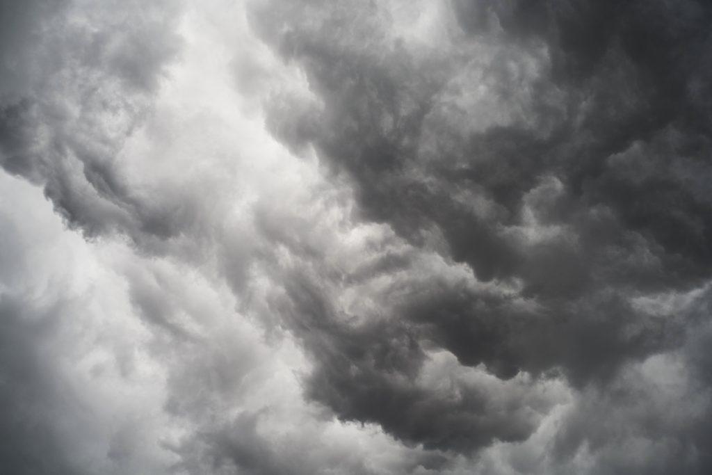 nuages gris noir et blanc