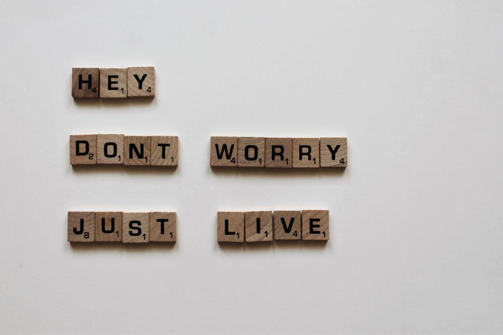 lettres de scrabble fond blanc don't worry just live
