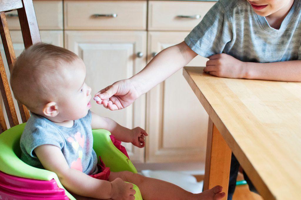bébé qui se fait donner à manger