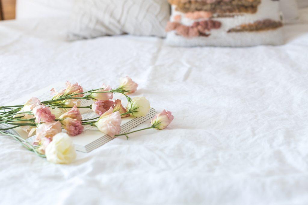 lit fleurs draps blancs
