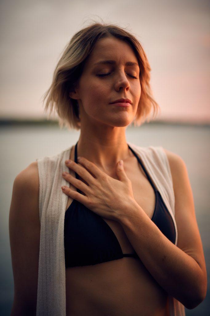 Femme qui respire main sur le coeur